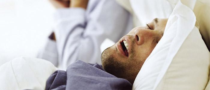 Para contribuir com uma noite de sono mais saudável, o site da SBEM publica as 10 coisas que você precisa saber sobre Apneia do Sono. Confira: 1. A apneia do sono, o Síndrome da Apenia Obstrutiva do Sono (SAOS), é uma doença crônica, evolutiva caracterizado pela obstrução parcial ou total das vias, causando paradas repetidas e temporárias da respiração enquanto a pessoa dorme. A respiração cessa porque as vias aéreas colapsam, impedindo que o ar chegue até os pulmões. 2. Entende-se por apneia a interrupção completa do fluxo de ar através do nariz ou da boca por um período de pelo menos 10 segundos nos adultos. Já a hipopneia é a redução de 30% a 50% do fluxo de ar. 3. A apneia pode ocorrer por vários fatores: os músculos da garganta e língua relaxam mais do que o normal, as amídalas e adenóides são grandes, a pessoa está acima do peso (o excesso de tecido mole na garganta dificulta mantê-la aberta), ou o formato da cabeça e pescoço resulta em menor espaço para passagem de ar na boca e garganta.} 4. Entre os principais sintomas da apneia estão ronco e sonolência diurna, embora muitos pacientes não os percebam. A sonolência diurna é explicada pelas interrupções do sono causadas pela falta de oxigênio. 5. Outros sintomas da apneia são: acordar com sensação de sufocamento, ofegante, com dor no peito ou desconforto, confuso ou com dor de cabeça; sentir boca seca ou dor de garganta pela manhã; alterações na personalidade; dificuldade de concentração; impotência sexual; e irritabilidade. 6. A apneia do sono aumenta a probabilidade do paciente desenvolver doenças potencialmente letais. Está associada ao aumento do risco de hipertensão, insuficiência e arritmia cardíacas, derrame e diabetes. 7. A apneia obstrutiva do sono (SAOS) acomete aproximadamente 30% da população adulta mundial. A maior parte dos pacientes, entre 85% e 90%, convive com a doença sem receber o diagnóstico e continua sem tratamento. 8. Nem todo mundo que ronca tem apneia do sono, sendo que ele é apenas um